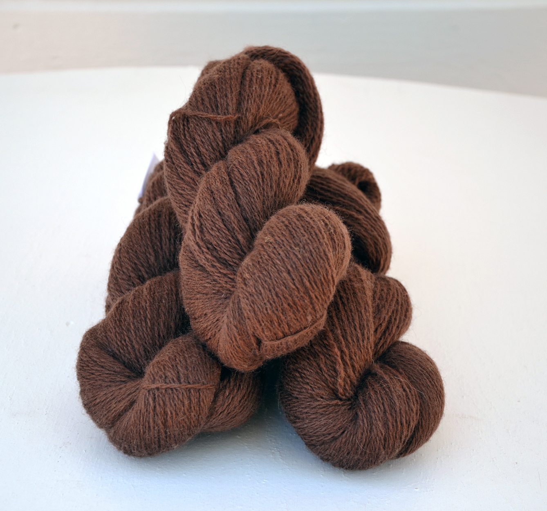 Ullcentrum 6/2-0122 Schokoladenbraun auf weißem Gotland Chocolate brown on light Gotland chokladbrun